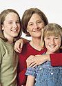 Una mujer con dos niñas